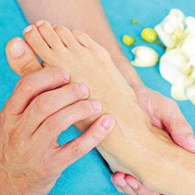Am Fuß spiegelt sich der gesamte Körper wieder und durch die gezielte Behandlung der schmerzhaften Druckpunkte werden die Selbstheilung und -regulierung angeregt.