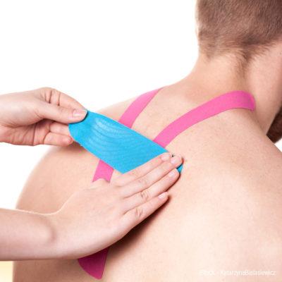 Beim Kinesio-Taping werden hochelastische Klebestreifen - Tapes - auf die Haut geklebt. Die Tapes heben die obersten Hautschichten etwas an und sorgen hier für ein Lifting und leichte Massagen während jeder Bewegung. Nun können Blut und Lymphe leichter fließen und die verletzte Körperregion kann sich besser erholen. Außerdem führt die Entlastung zu einer Schmerzreduktion.